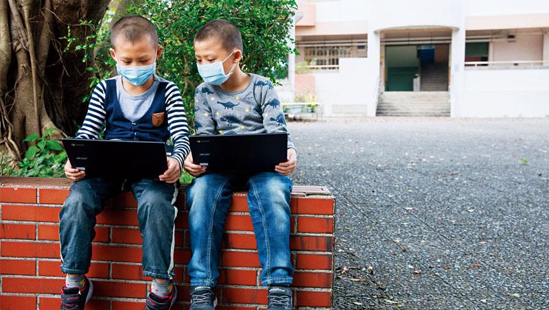 圖中2位小朋友使用的就是教育筆電Chromebook。未來可能到3C賣場買筆電,商家不再用品牌區分,而是以學生、玩家、創作者分門別類