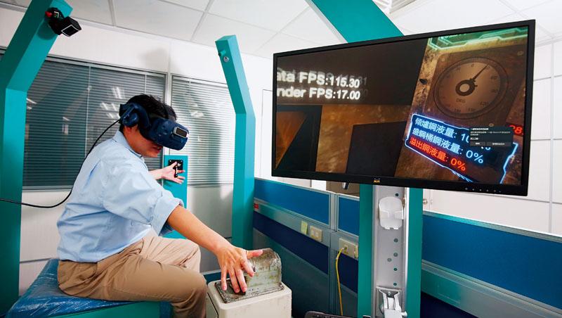 中鋼員工戴著VR眼鏡模擬將滾燙鋼液倒進盛鋼桶,系統中可看到操作進度,還會打分數。相較過往在現場教學,科技輔助訓練更加安全、效率