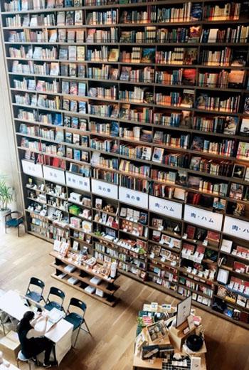 大阪蔦屋書店枚方店整面挑高書牆的設計,視覺感強烈