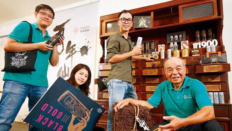員林食品負責人張國清(右1)、張敦斐(右2)