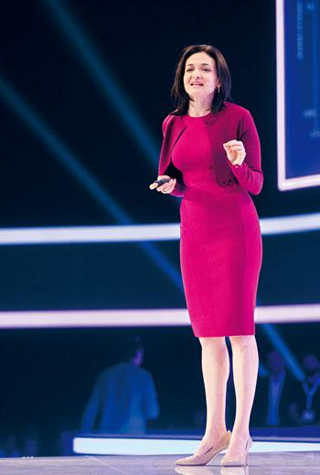 臉書營運長桑德伯格(Sheryl Sandberg)的桃紅色洋裝特別搶眼,蘊含熱情、積極之意