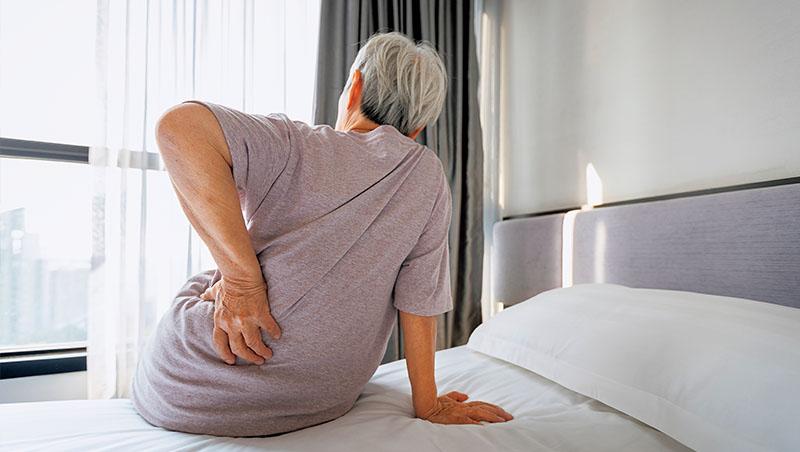 不少老年人駝背是因為骨質疏鬆,導致脊椎壓迫性骨折所造成