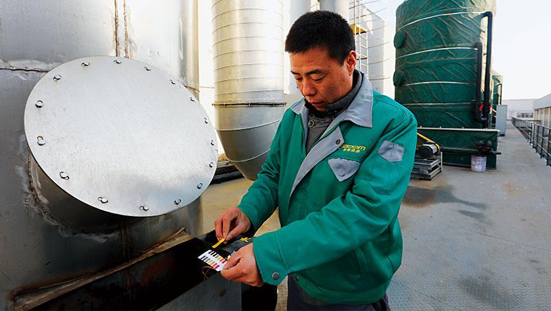 永續、碳排、淨水,這幾個詞是決定企業未來能否在中國存活的關鍵。圖為天津一自行車零件製造台商,在檢驗廢水排放是否合乎標準