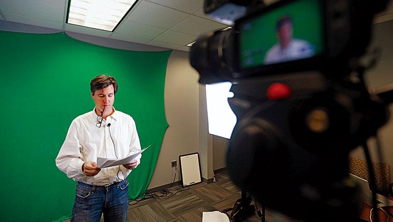 賓州大學教授替Coursera錄製課程,藉由線上課程接觸到世界上萬名學生