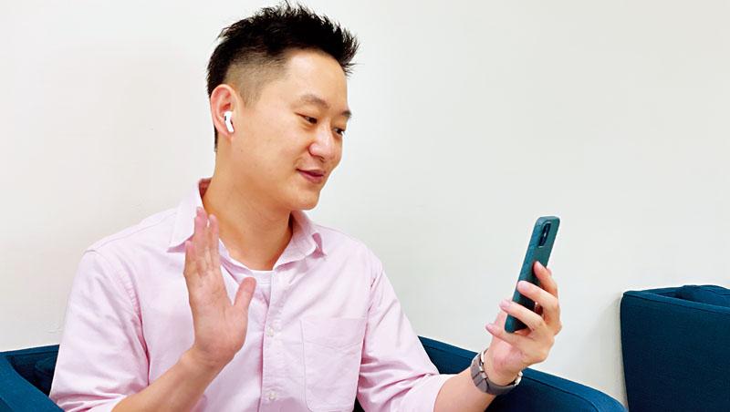 以往勤跑客戶不喊累的廖京鵬(圖),現在在家用手機跟客戶交談,省力卻更有效率