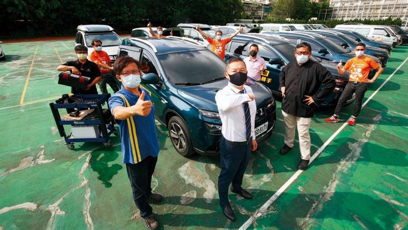 逢甲大學教授侯勝宗(前排左1)與新北衛生局陳玉澤(右3)發起微光專案,由多個車隊及裕隆集團加入,執勤範圍遠至彰化、嘉義