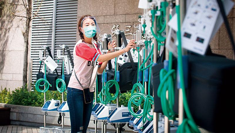 在疫情嚴峻的三級警戒下,賈永婕挺身而出,親自將「救命神器」HFNC送抵各大醫院,義舉讓人感動