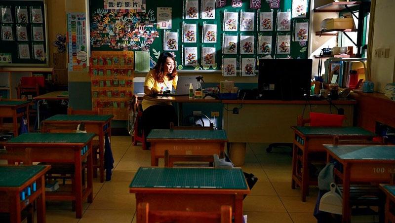 「來!看今天誰最晚進教室!」新北龍埔國小老師陳喬愈,早上8點開視訊點名,學生紛紛上線報到