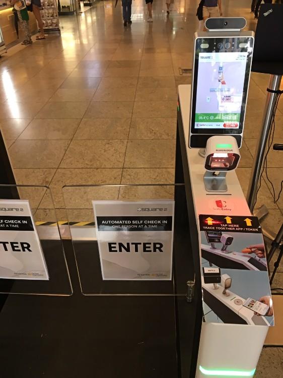 新加坡大型購物商場,會設立SafeEntry自動閘門。