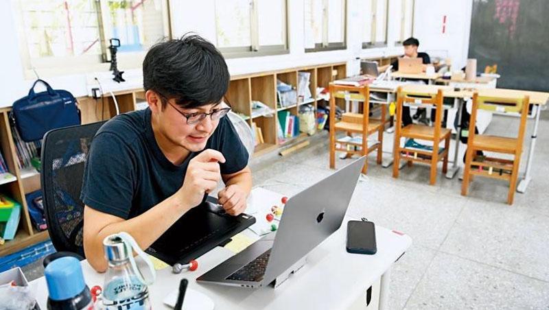 這天,濯亞的老師開設線上視訊課,助教老師就在一旁,專門負責學生的出缺勤、專注度和學習狀況,一有問題,就立即致電關心