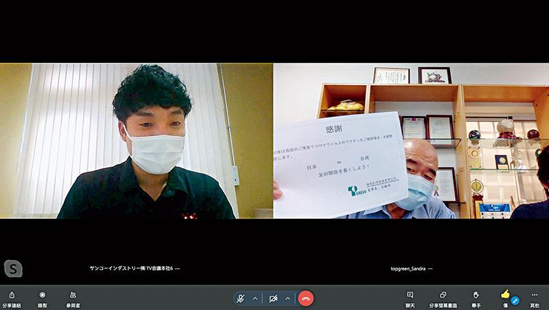 達固董事長呂銀坤(右)在會議前秀感謝狀為疫苗致謝,馬上拉近與日本新客戶的距離,友善開場