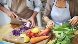 多益時事通》「自煮管理」挑戰!grill、roast都是「烤」意思卻不同,如何分?