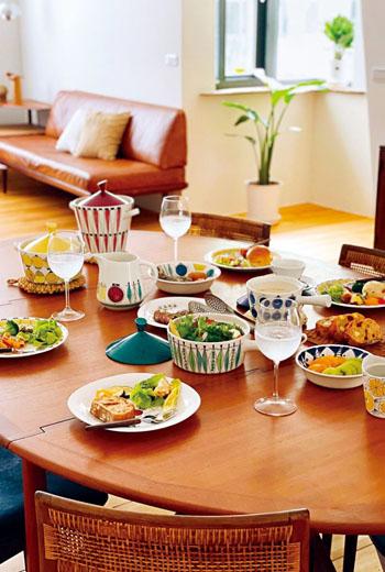 瑞典陶瓷器之母瑪麗安·韋斯特曼設計的「野餐(Picknick)」餐具組,圖案取材常見的北歐蔬果,線條大膽、色彩繽紛,是熊書慧最鍾愛的一套北歐中古食器