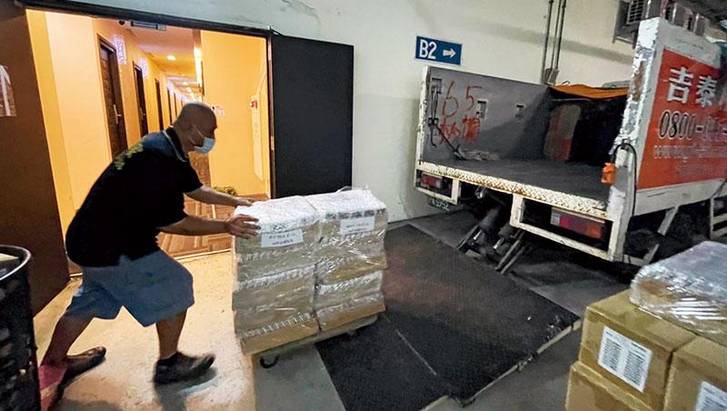 6月初,桔豐科技將上萬台網路分享器搬上車,甚至出動搬家公司,力求快速送貨到各縣市