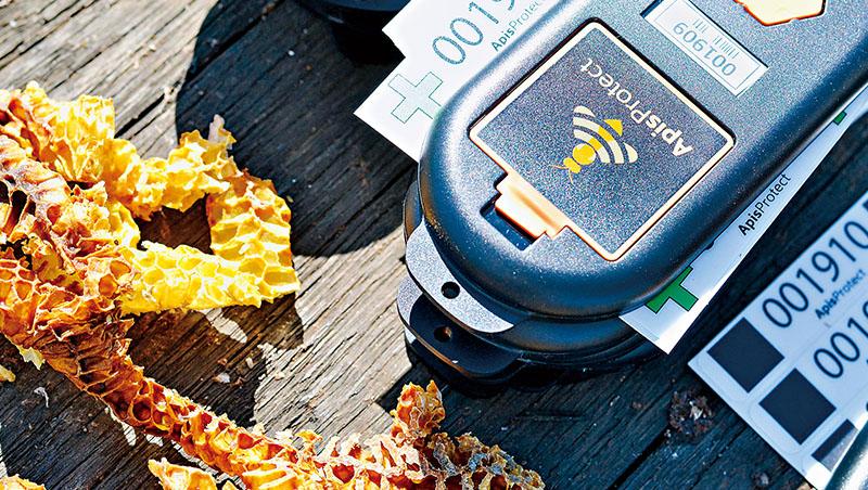 ApisProtect研發的遠端感測器,能即時偵測害蟲、疾病等問題,蜂農不用手動檢查蜂箱,就能預防蜂群受到危害
