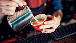 調查:4成人最喜歡拿鐵!咖啡中的鮮奶、業務用牛乳、奶精有什麼差別?