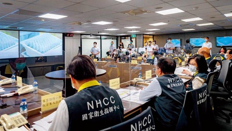 總統蔡英文與閣揆蘇貞昌在5月18日疫情爆發期間,視導中央流行疫情指揮中心,了解疫苗開發與生產進度,聯亞、高端則以視訊簡報進度