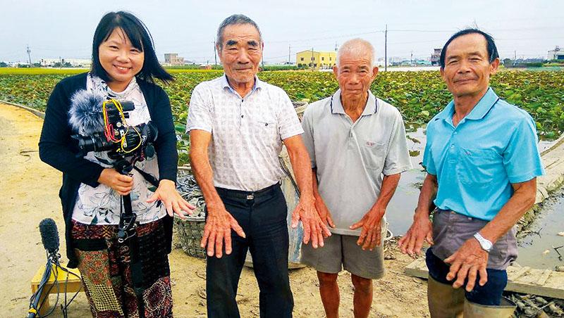賴麗君(左1)與夥伴花費4年拍攝嘉義牛斗山的藕農,最讓她震撼的是他們因長年徒手挖藕而變形的「老鷹之手」