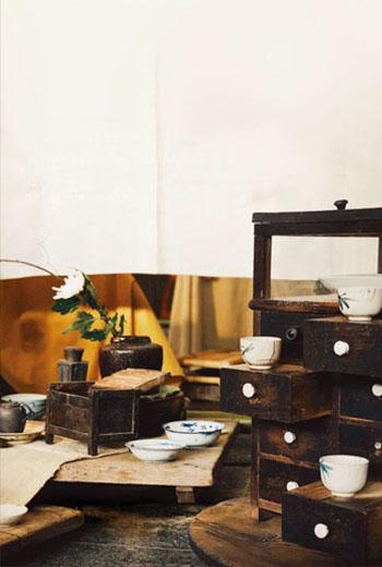6年前,陳玉真接觸茶學,以先生蕭任能蒐藏的古物擺設茶席,融入日常生活之中,櫥櫃裡的老器皿從此有了新生命