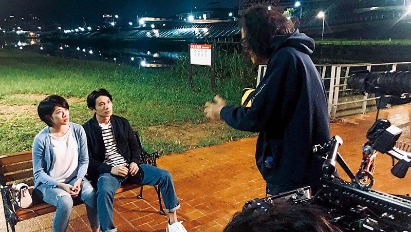 導演羅景壬(右1)與主演溝通情境,以貼近社會現況