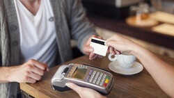每年進帳一千美元!信用卡業者,如何靠「低收入戶」留住「黑卡用戶」?