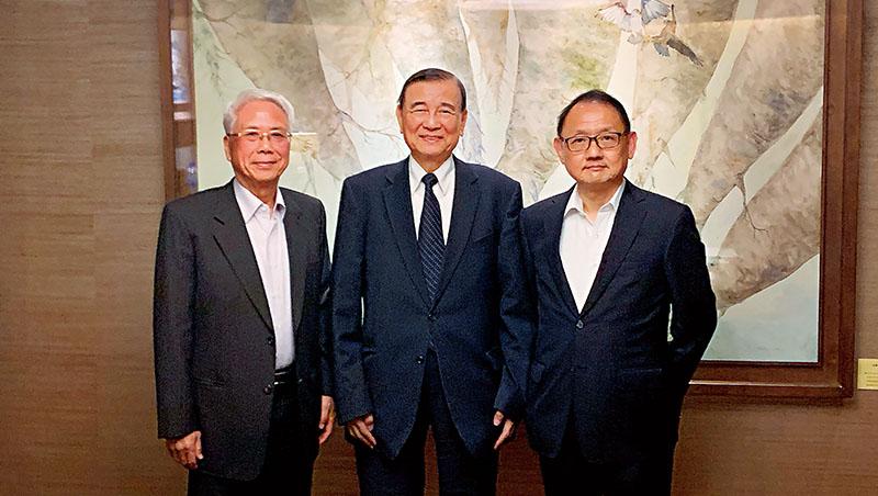4月中,東元會長黃茂雄(中)與寶佳董事長林陳海(左)、華新麗華董事長焦佑倫(右)3大勢力結盟,是這場父子之爭確定公司派勝出的關鍵拐點