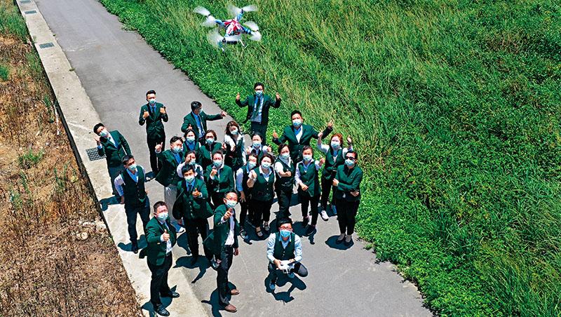 住商不動產龍潭加盟店的業務員,幾乎人人是操控空拍機的高手,他們利用空拍照,徹底展現委賣土地的優勢