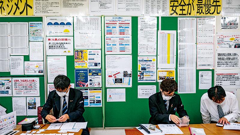 這是今年7月日本東京計程車司機們計算收入的場景,紙張、印章與手動計算仍不可或缺,折射出日本的數位化程度