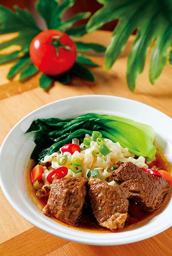 我家也有大廚師!六福和牛牛肉麵碩大多汁的牛肉塊,搭配濃郁爽滑的紅燒湯頭,只需透過簡單的覆熱過程就能享用