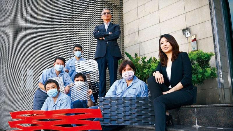 一場疫情,讓林宗志(後排中)、林郁芳(右1)父女倆真正開始施行「兩代共治」。照片中多款不同大小、顏色各異的金屬擴張網,正是上鎧的核心產品