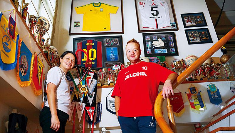 蔡金龍曾是丹麥職業足球員,與許多知名球員交手過,家中展示名人親簽球衣、相片,妻子蔡欣穎(左)笑說:「很多人以為是冒牌貨。」