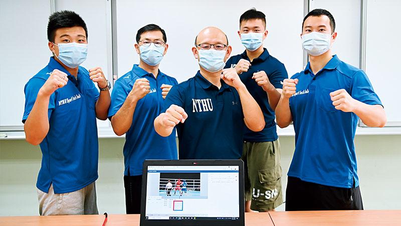 運動科技中心主任邱文信(中)帶領碩士班學生廖韋誠(左1)等人用大數據協助選手備戰