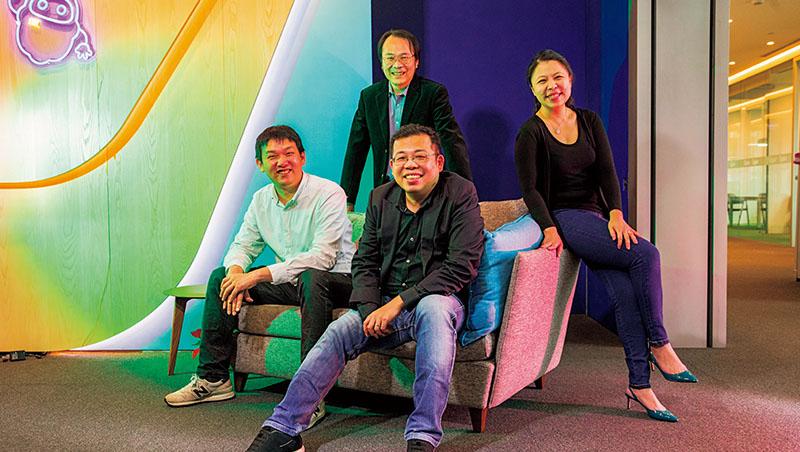 游直翰、李婉菱與Appier獨董簡立峰(後排中)、共同創辦人蘇家永(左1)都習慣美式、直來直往的溝通