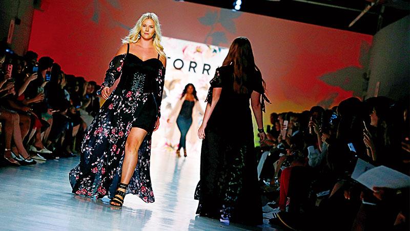 Torrid大尺碼模特兒在紐約時裝週走秀,為了豐富選擇,它也和服裝設計師合作,證明大尺碼服飾也能很時尚!