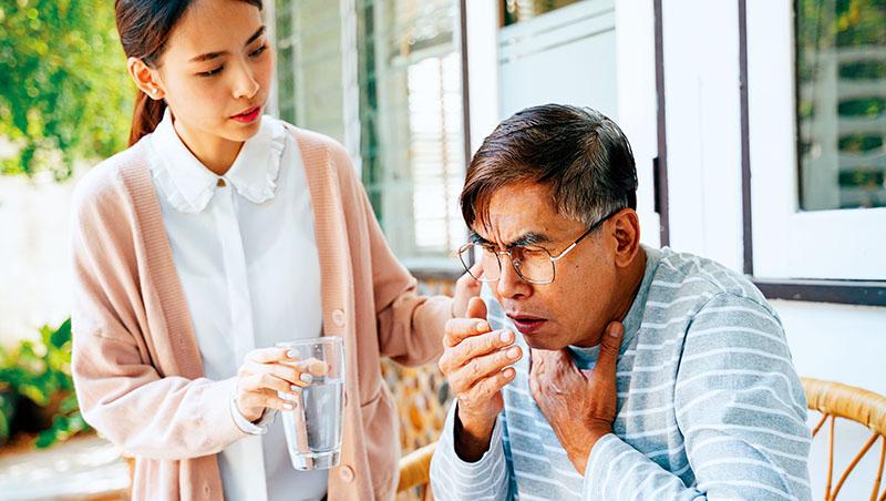 除了要防範新冠肺炎,老年人吃飯時也要小心嗆到導致肺炎
