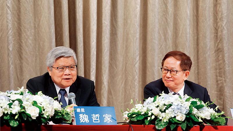 台積電總裁魏哲家(左)表示,由於先進製程複雜度增加、成熟製程節點新投資與全球生產據點的擴張,台積電面臨製造成本的挑戰