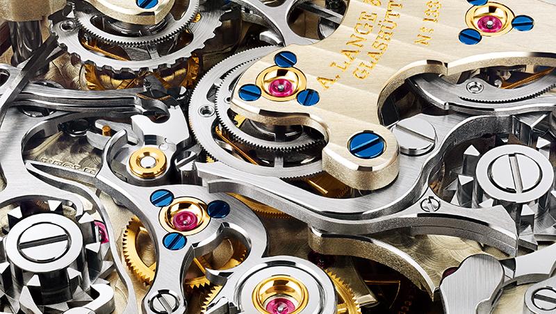 朗格三追針計時機芯的複雜結構,每個零件的拋磨修飾都很完美