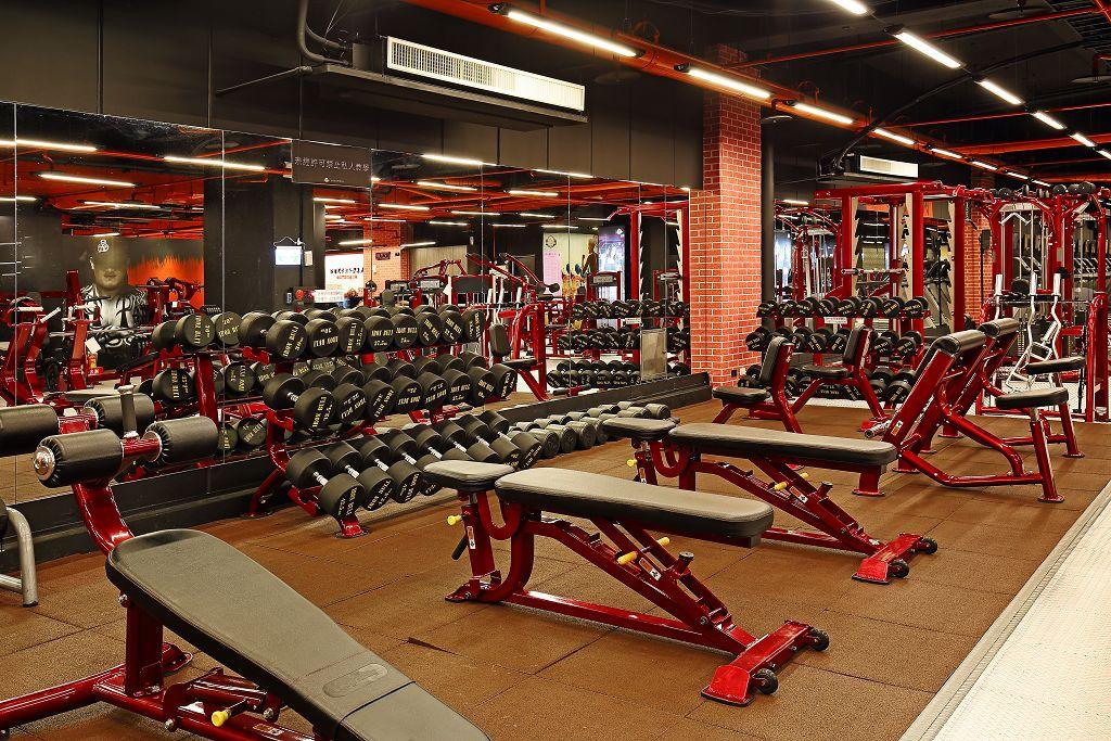 成吉思汗健身俱樂部內部設施,也有大鏡子