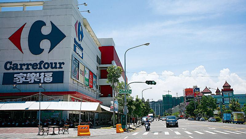 台灣家樂福以量販店崛起,營收連年成長。然而,疫情也促使大坪數量販店「不符消費者所需」的困境浮上檯面,增添營運變數