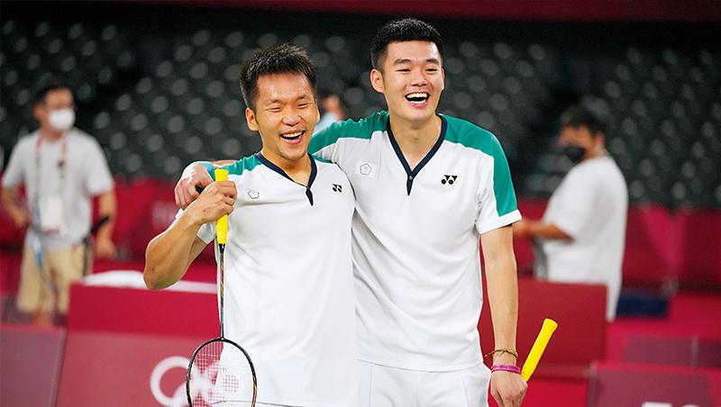 李洋(左)、王齊麟(右),面對中國雙塔組合成功以直落二拿下東奧金牌,這也是台灣奧運史上羽球男雙首面金牌