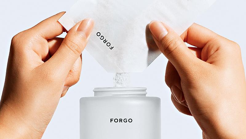 瑞典個人護理品牌Forgo把洗手液濃縮成粉末,體積僅整瓶洗手液的5%,大幅減輕重量以及碳足跡