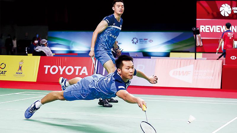 2021年王齊麟(後)跟李洋(前)在泰國羽球公開賽決賽中,摘下男雙冠軍