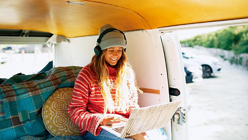 疫後生活,更多人不只待在家中工作,而是身處露營車、森林沙灘小屋或郊區房屋,將工作與旅遊結合
