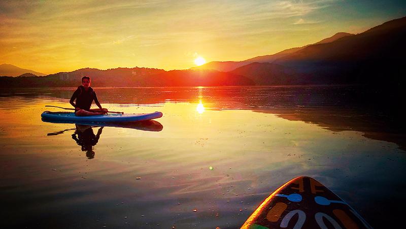 那一年我們沒有出國,在日月潭湖畔上一起欣賞著日出