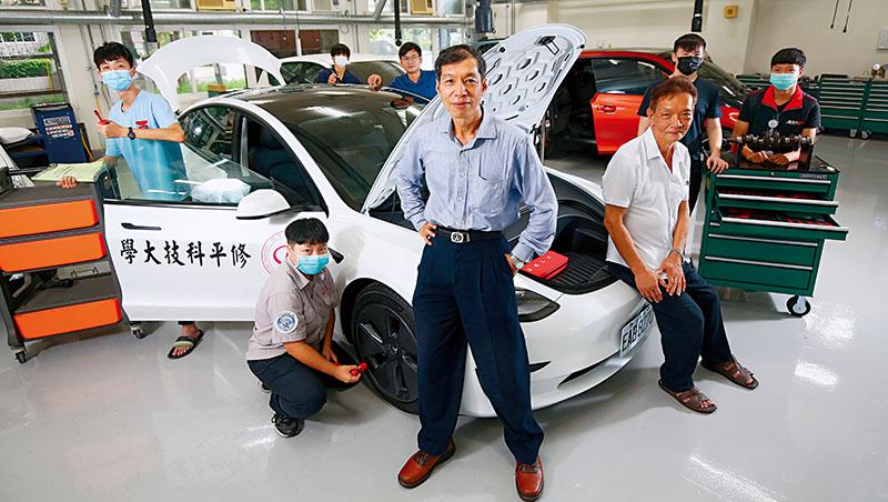 修平科大研發長張振龍(中)與機械工程系副主任楊錫欣(右3),聯手打造智慧車輛組,在暑假輪番協助全台十多所高中職學生培訓修車技能