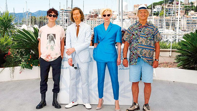 電影《法蘭西快報》的導演與演員們出席坎城影展,因沒有事先約定Dress code,以致四人以風格迥異的穿著現身合影