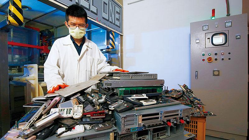 土城的優勝奈米工廠裡,工程師正將大量電子廢棄物拆解,再以無毒藥劑提煉出黃金等金屬