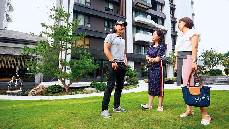 在宜蘭開餐酒館的郭先生(左1)把蓋透天厝的資金,轉買大樓社區,最開心的就是健身器材設施讓他省下健身年費