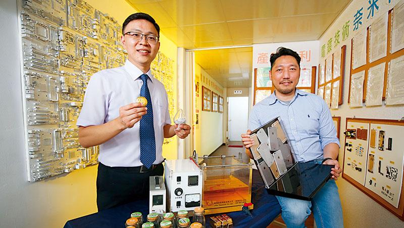 優勝奈米去年幫蘋果分析了各式產品裡可回收的金屬。董事長許景翔(左)手中黃金,就是從電子廢棄物中回收再提煉