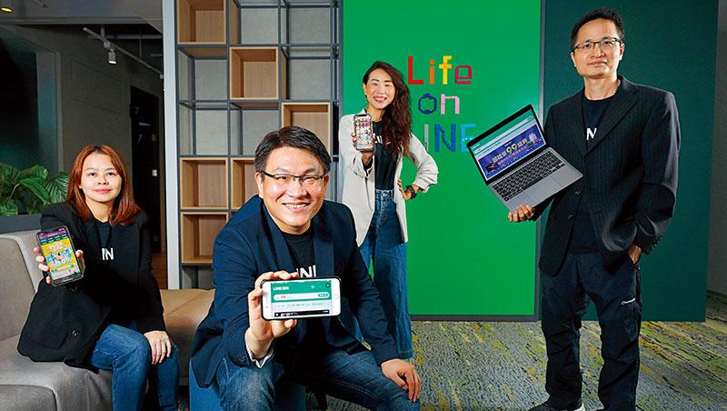 由Line台灣電商事業部資深副總經理顧昌欣(左2)帶領的團隊,從通路導流、社交送禮到直播導購全方面布局,目標是打造完整社群商務生態系